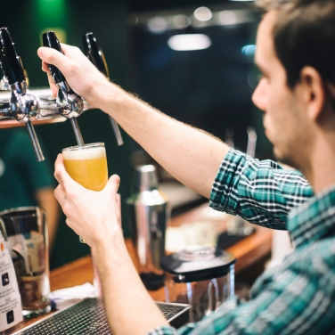 Cerveza artesanal en la barra interior